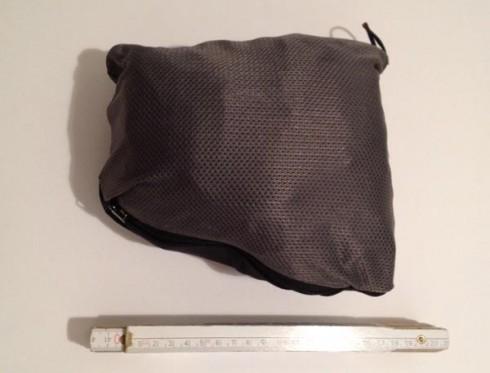 Die Jacke lässt sich auf ein sehr handliches Maß zusammenlegen. Eine Seitentasche dient hierbei als Tasche.