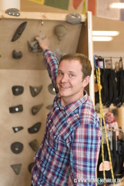 Inhaber Basti an der shopeigenen Kletterwand. Ideal zum Schuhe testen.